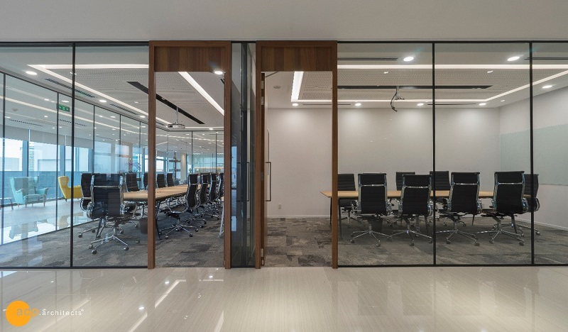 All large to small meeting rooms use glass walls.